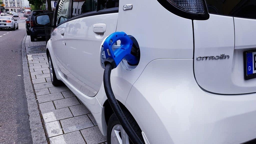 Plus de bornes de recharge électrique : l'État met la main à la poche
