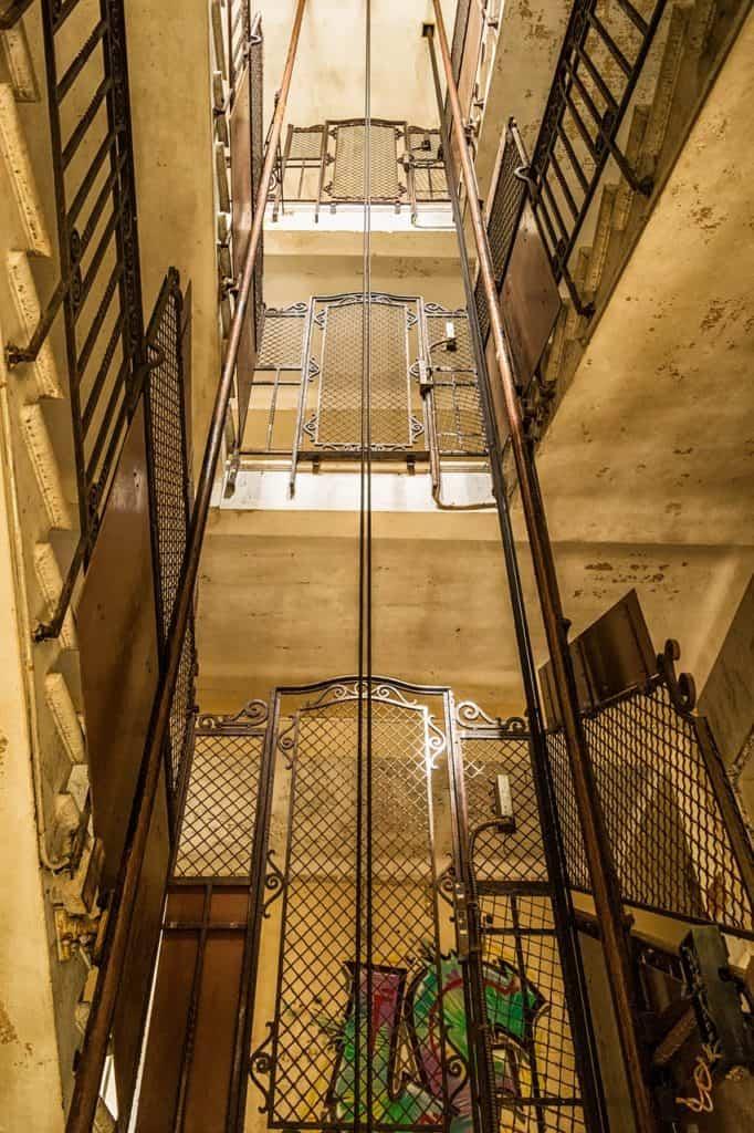 Elle se retrouve bloquée chez elle au sixième étage à cause d'une panne d'ascenseur.